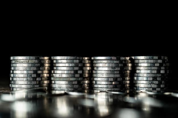 Stapel silbermünzen im dunkeln