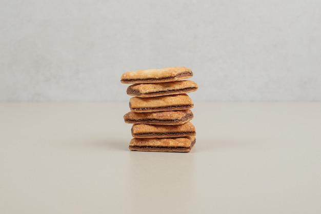 Stapel süßer kekse auf grauer oberfläche
