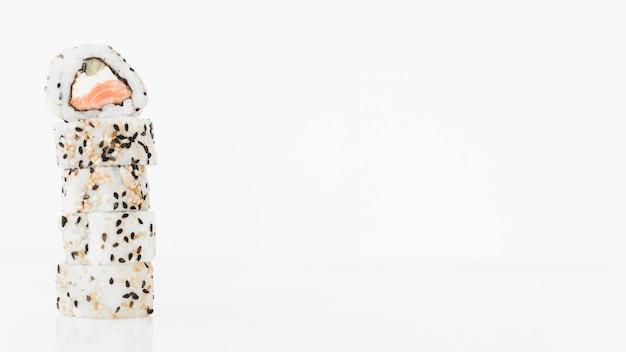 Stapel sushirolle gegen weißen hintergrund