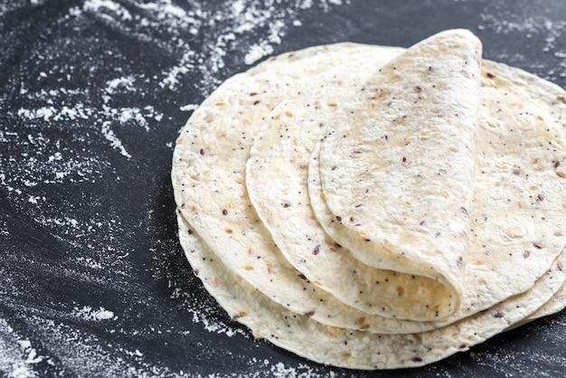 Stapel tortillas auf einer schwarzen oberfläche