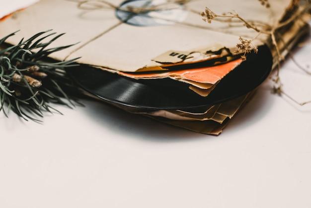 Stapel verkratzte staubige alte vinylaufzeichnungen gebunden mit seil