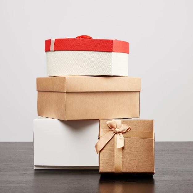 Stapel verschiedene pappschachteln für geschenke auf einer schwarzen tabelle