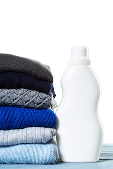 Stapel verschiedene strickjacken getrennt auf weiß