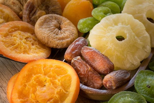 Stapel verschiedene trockenfrüchte für das essen gesund