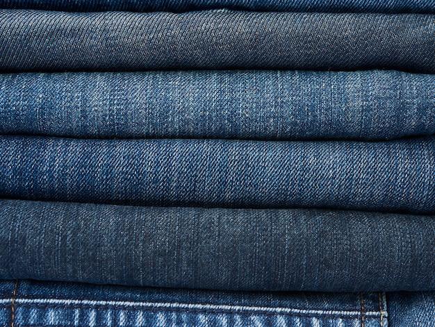 Stapel verschiedener jeans
