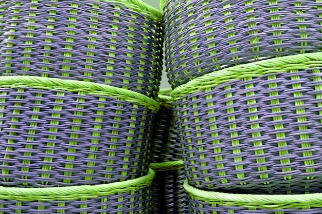 Stapel vibrierende grüne und purpurrote farbige weidenkörbe