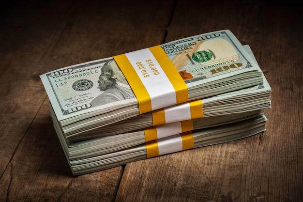 Stapel von 100-dollar-banknotenbündeln