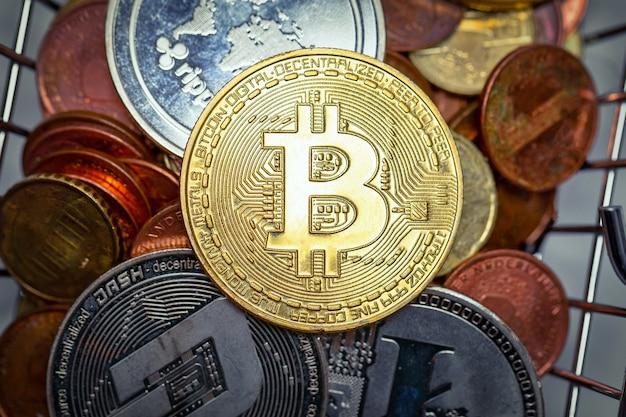 Stapel von bitcoins aus verschiedenen metallen