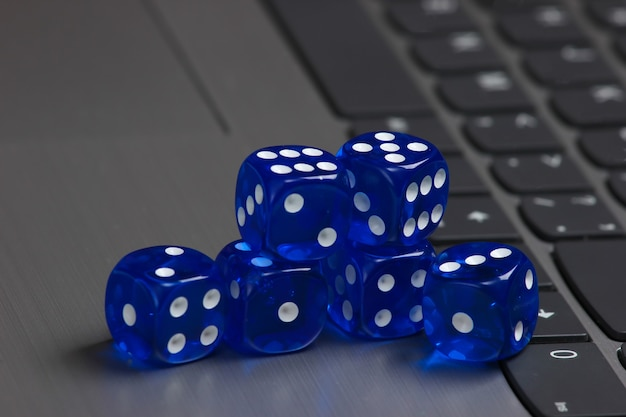 Stapel von blauen würfeln auf laptop-tastatur schließen