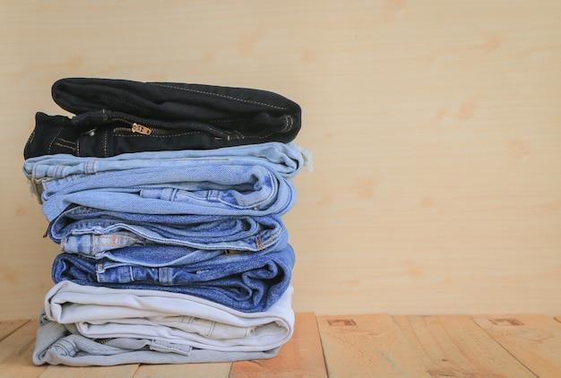 Stapel von blue jeans