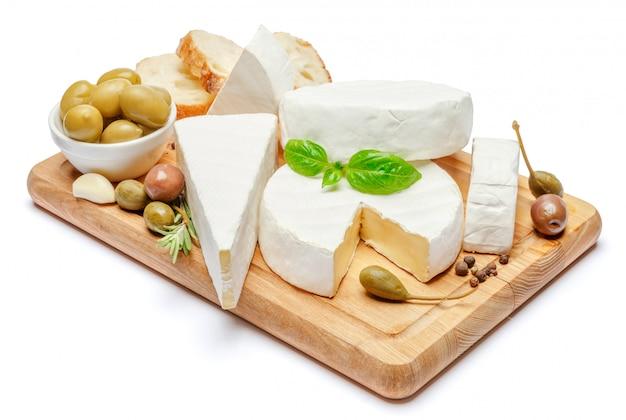 Stapel von brie oder camambert-käse auf weißem raum