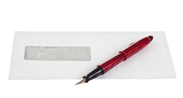 Stapel von briefumschlägen und ein stift lokalisiert auf weißem hintergrund