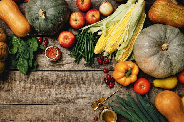 Stapel von bunten früchten und gemüse auf hölzernem hintergrund draufsicht