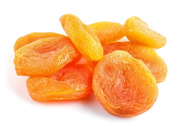 Stapel von den getrockneten aprikosen lokalisiert auf weißem hintergrund.