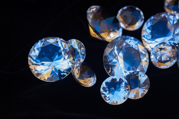Stapel von diamanten auf schwarzem seidensamthintergrund schließen
