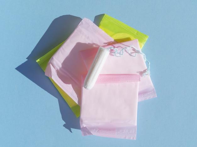 Stapel von eingewickelten auflagen und von draufsicht des tampons