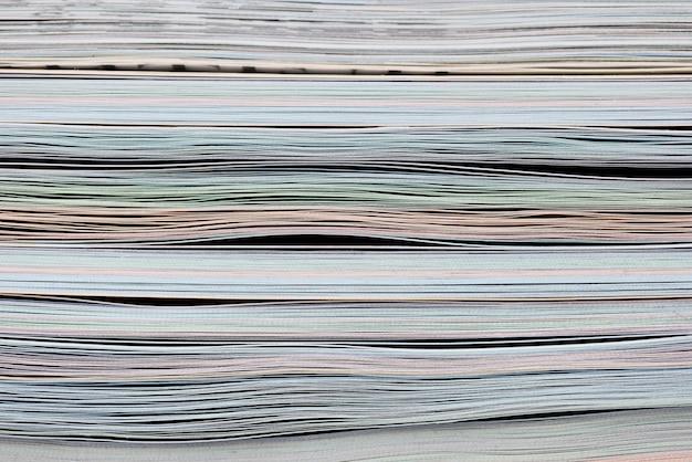 Stapel von farbigen papieren im archivnahaufnahmehintergrund
