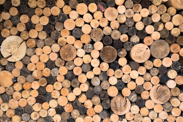 Stapel von feuerholz, espe und birke