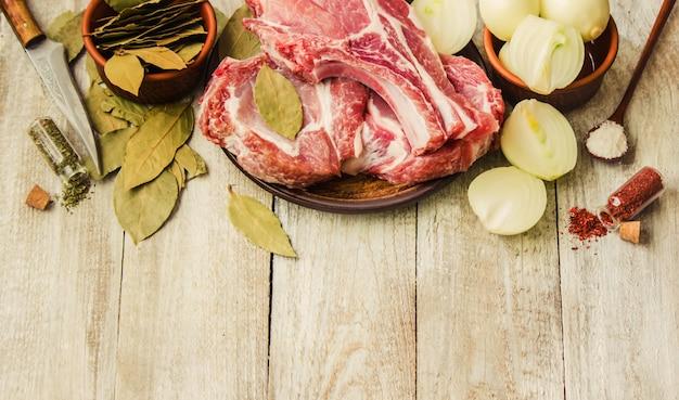 Stapel von fleisch aus schweinefleisch. kochen. selektiver fokus.