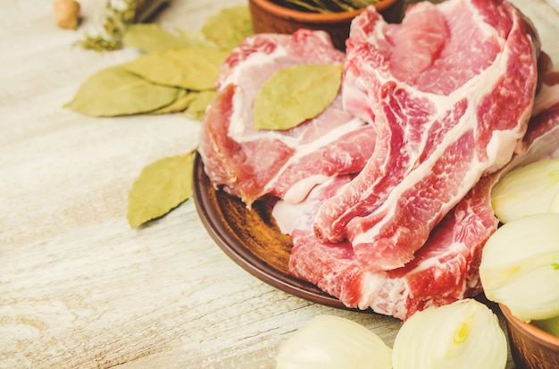 Stapel von fleisch aus schweinefleisch