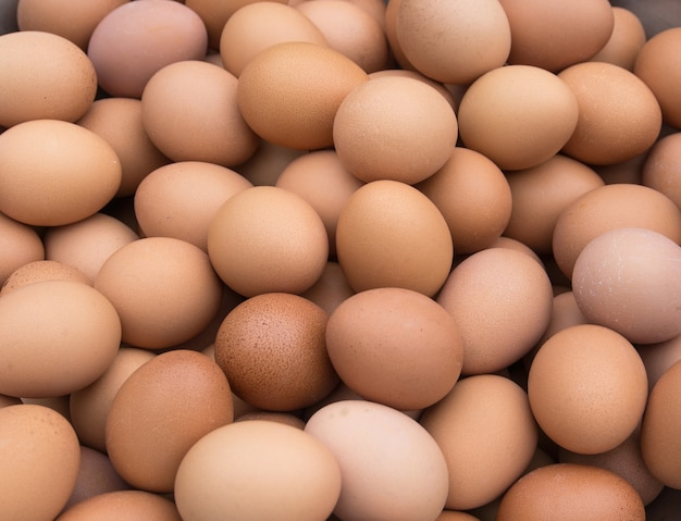 Stapel von frischen eiern vom bauernhof