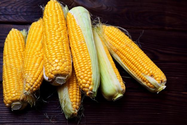 Stapel von frischen maiskolben