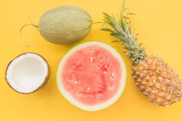 Stapel von frischen reifen tropischen früchten