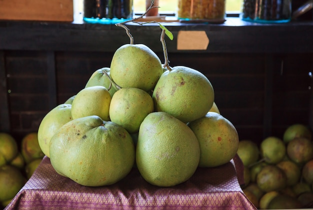 Stapel von frischen tropischen asiatischen früchten