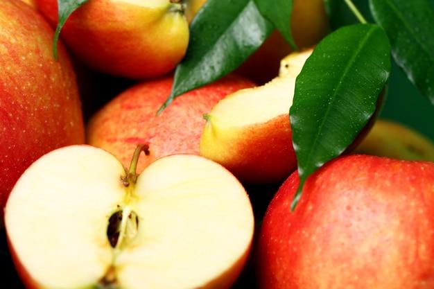 Stapel von frischen und geschmackvollen äpfeln