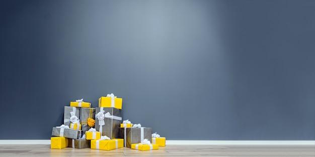 Stapel von gelben und grauen weihnachtsgeschenken