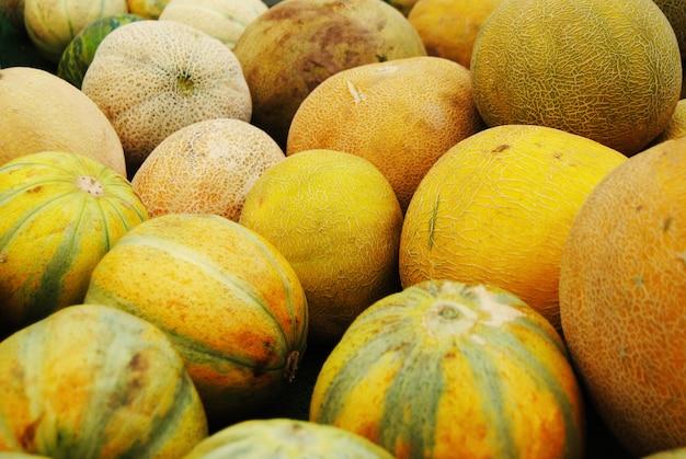 Stapel von gelben wassermelonen in einem landwirtmarkt