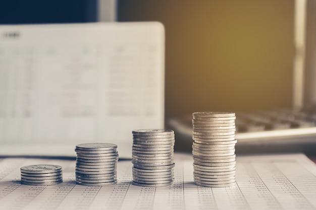 Stapel von geldmünzen-hintergrundkonzept, das geld mit weinlesefilter spart