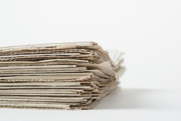Stapel von geschäftspapieren auf weißer wand