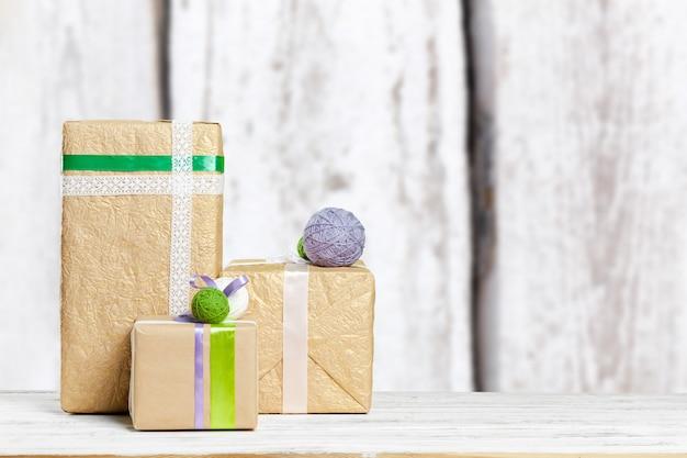 Stapel von geschenken auf der alten tabelle