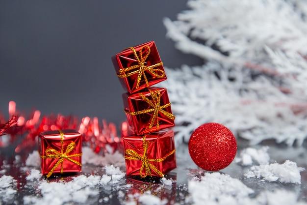 Stapel von geschenken auf einem grauen hintergrund. neujahrsthema