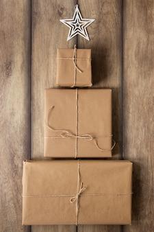 Stapel von geschenken auf hölzernem hintergrund