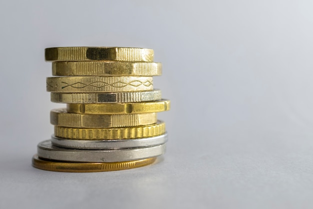 Stapel von gestapelten münzen isoliert auf weißem hintergrund.