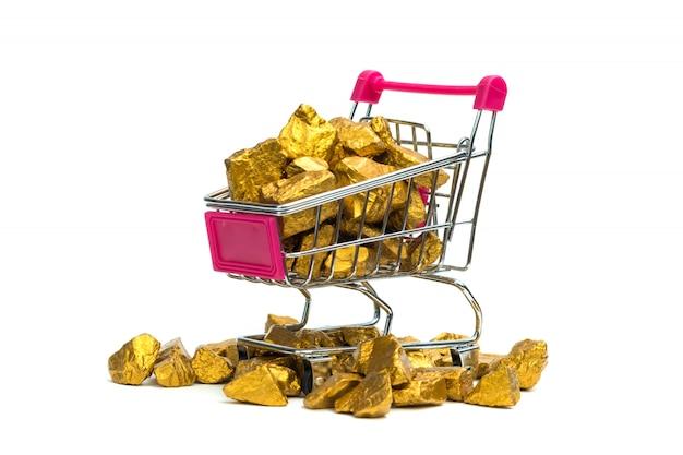 Stapel von goldnuggets oder golderz im einkaufswagen oder im supermarktlaufkatze