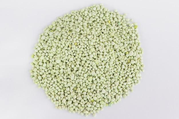 Stapel von grünem chemischem dünger isoliert auf weiß. gartenzeit.