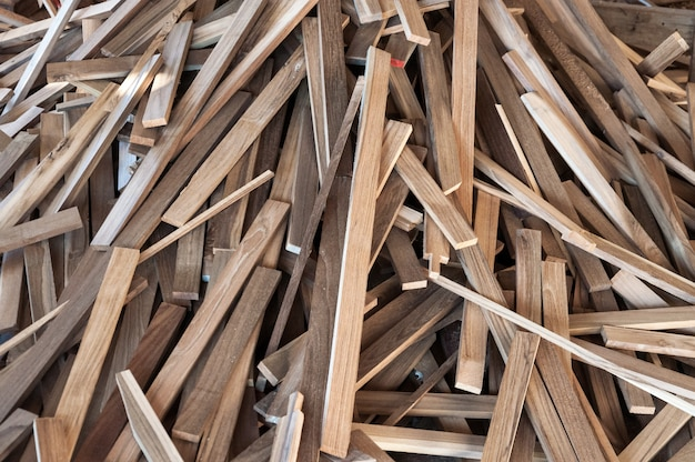 Stapel von holzstämmen für den bau möbelherstellung, nähen von natürlichen holzabfällen, bereit zum recycling und wiederverwenden in einem verbesserten abfallmanagement unter einem effizienten, nachhaltigen ansatz zur schonung der umwelt