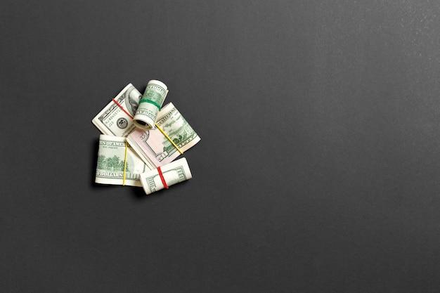 Stapel von hundert dollar banknotennahaufnahme auf farbiger draufsicht des hintergrundgeschäftskonzeptes mit kopienraum