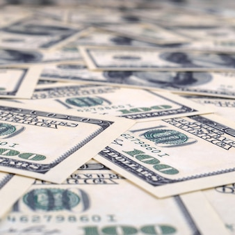 Stapel von hundert us-banknoten.