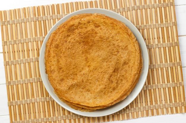 Stapel von kefir-buttermilchpfannkuchen traditionell für die draufsicht der russischen pfannkuchenwoche.