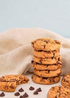Stapel von keksen mit schokoladenstückchen
