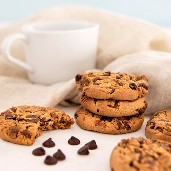 Stapel von keksen und kaffee vorderansicht