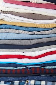 Stapel von kleidern