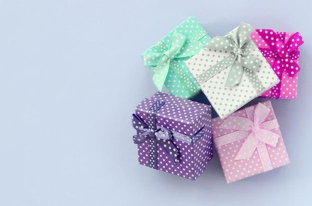 Stapel von kleine farbige geschenkboxen mit bändern