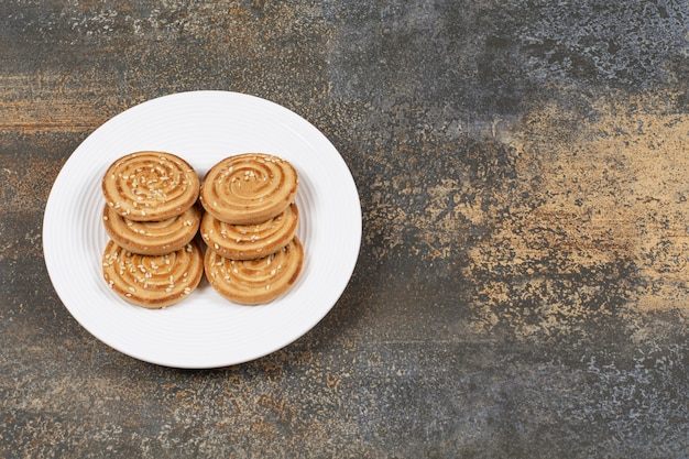 Stapel von leckeren runden keksen auf weißem teller.