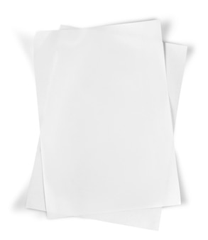 Stapel von leerem papier auf isoliert auf weiß