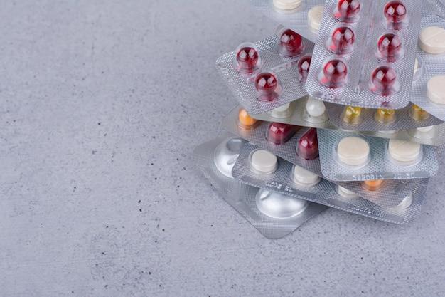 Stapel von medikamenten auf marmorhintergrund. foto in hoher qualität